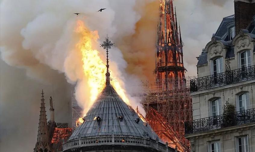 【全角度现场】巴黎圣母院大火 标志性塔尖倒塌